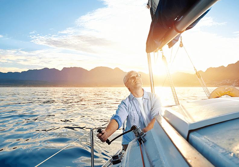 Mann auf einem Boot Ellenbogen